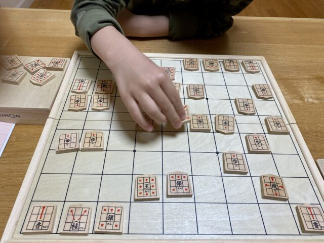 小1、将棋をはじました
